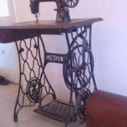 Dikiş makinesi. şarkıcı