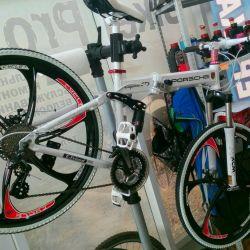 Siyah döküm tekerlekler üzerinde beyaz Porsche bisiklet