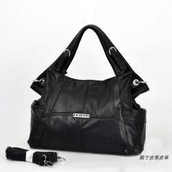 Deri çanta siyahtır.
