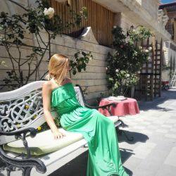 Σμαραγδένιο φόρεμα στο πάτωμα