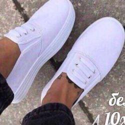 Yeni beyaz spor ayakkabılar