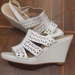 Sandalele sunt noi