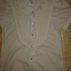 Το πουκάμισο είναι λευκό. Σχολείο.