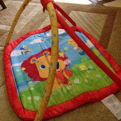 Children's rug with arcs