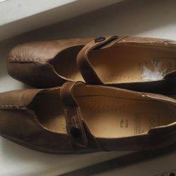 Pantofii sunt din piele nouă