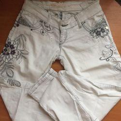 Джинсы , брюки белые с вышивкой и пайетками
