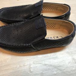 Çocuğa yeni ayakkabılar 36r.