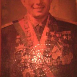 Portretul lui Yury Gagarin cu medalii
