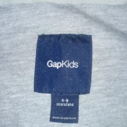 The GAP windbreaker is in excellent condition.