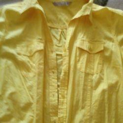 Το πουκάμισο είναι φωτεινό κίτρινο. L.