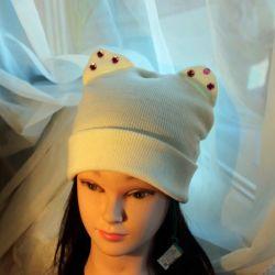 Белая шапка с ушками и стразами