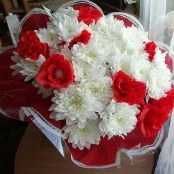 Букеты из цветов и конфет