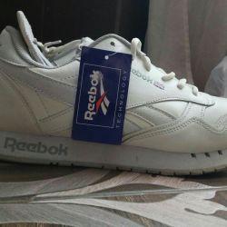 Ανδρικά πάνινα παπούτσια νέων λευκών ανδρών