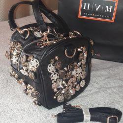 Кожаная оригинальная сумочка с пуговицами и шипами