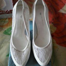 Кружевные белые туфли