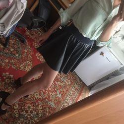 Юбка кожаная. Блуза. Туфли.