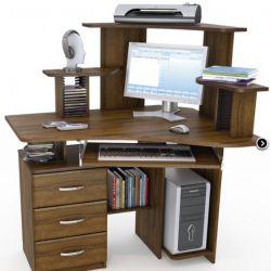 Bir bilgisayar masasında bir üstyapı ile yazılı tablo