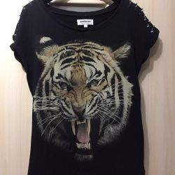 T-shirt με αιχμές