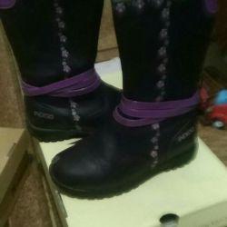 Children's boots p 28