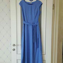 Frumoasă vară de rochie de vară în podea
