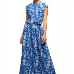 Elbise bir kopyada uzun mavidir.