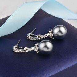 Earrings with gray pearls