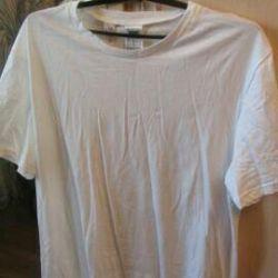 Белая новая футболка с этикеткой