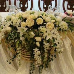 Ana masada çiçek aranjmanı