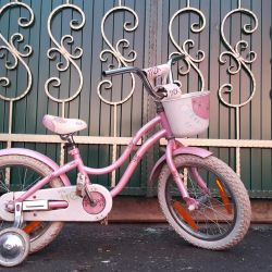 Yan tekerleklerle bisiklet