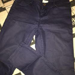 Τα παντελόνια είναι σκούρα μπλε.