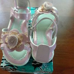 Sandals new for the girl size 28