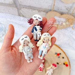 Sisters in pajamas. Polymer clay brooches.