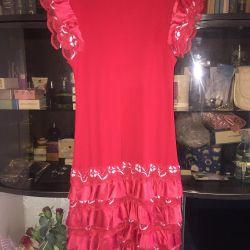 Όμορφο κόκκινο φόρεμα