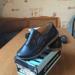 Παπούτσια μεγέθους 28