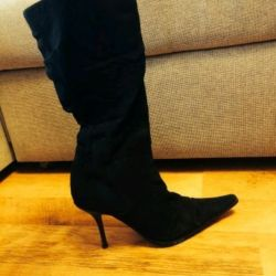 Suede boots with a stud