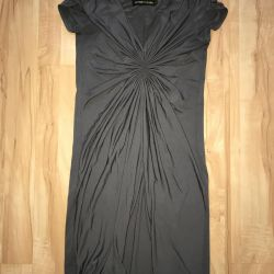 Ξανθό φόρεμα κάποιου που έχει τυπωθεί στο στήθος
