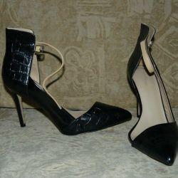 Τα παπούτσια ανοιχτής πλευράς Zara