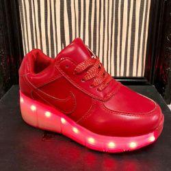 Ανδρικά παπούτσια στον κύλινδρο με οπίσθιο φωτισμό