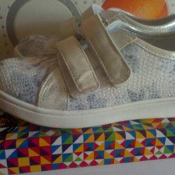 Yeni gümüş renkli spor ayakkabı