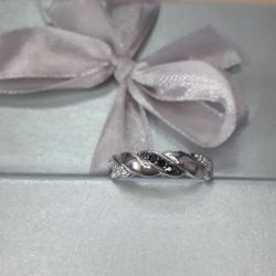 The ring is made of 925 silver. Weight 2.0gr