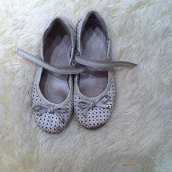 Eskiden kullanılan kızlar için ayakkabılar. comp.