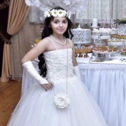 Küçük bir prenses yüksekliği için zarif elbise