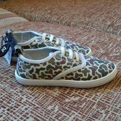 Pantofi noi pentru băieți de dimensiune 25