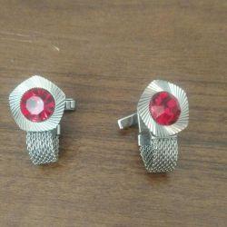 Erkekler için kol düğmeleri.