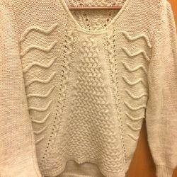 Το πουλόβερ είναι μπεζ.