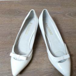 Τα νέα παπούτσια των γυναικών.