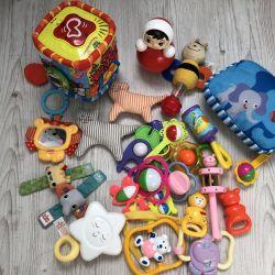 Bir paket oyuncak ve 0-12 ay arası gelişmekte olan bir mat