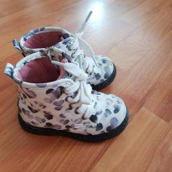 Demi'nin ayakkabıları.