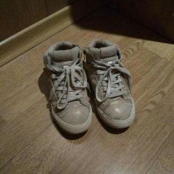 Bir kız için spor ayakkabı, s. 30, zara