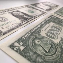 Банкноты 1 доллар и 2 доллара